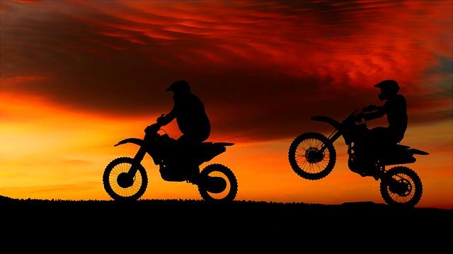 západ slunce a motocykly