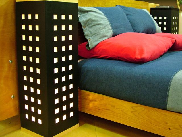 prostorná postel v pokojíčku